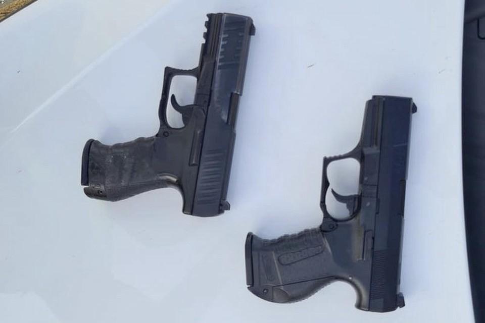De twee pistolen uit het politiebericht. De linker is echt.