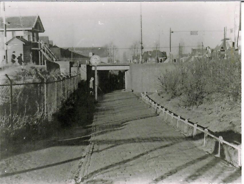 Het lekkende voetgangerstunneltje in de Bergerweg, onder de spoorlijn, moet een autotunnel worden. Wytema's eerste wederopbouwproject.