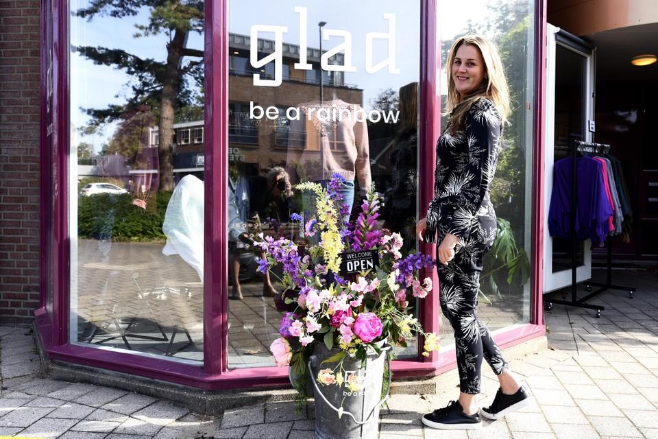 Rachel Boone voor haar winkel aan de Gerrit van Assendelftstraat 19 in Heemskerk.