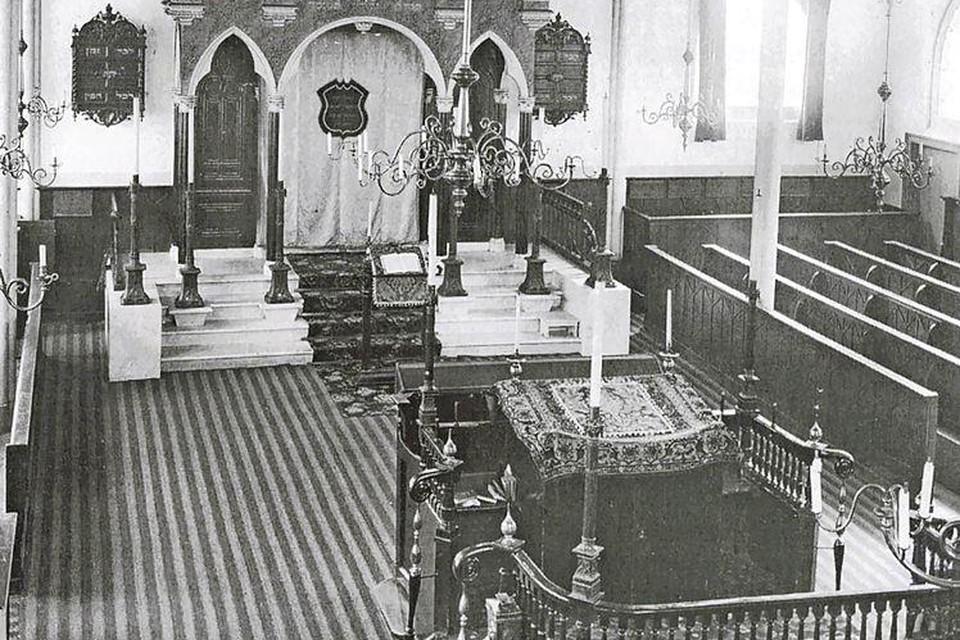 Het hart van het religieuze joodse leven in Haarlem was een eeuw lang de synagoge aan Lange Begijnestraat, ingewijd in 1841. Nu staat op deze plek de Toneelschuur.