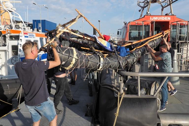 Man op zelfgemaakt vlot uit de Noordzee gehaald bij IJmuiden