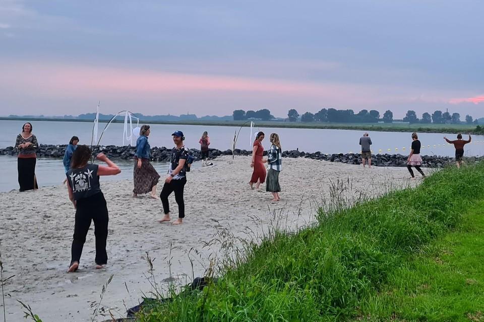 Een van de eerdere stille dansmomenten op het strandje van Schellinkhout.