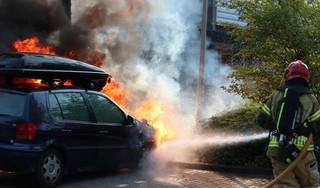 Auto vliegt in brand op parkeerterrein in Purmerend