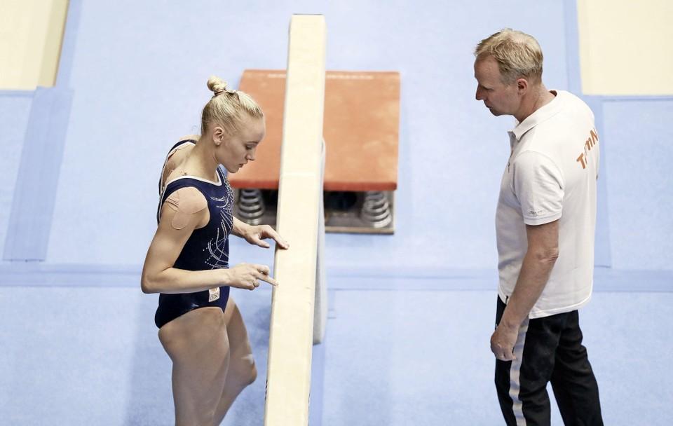 Vincent Wevers met zijn dochter Lieke Wevers tijdens de tweede teamkwalificatie voor een plek in het olympisch team.