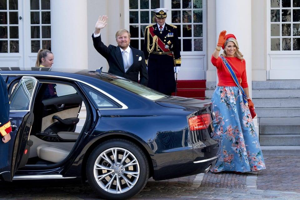 Koning Willem-Alexander en koningin Maxima vertrekken van Paleis Noordeinde naar de Grote Kerk.