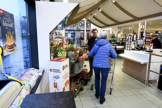 Voor de voedselbank even de keukenla induiken; Lions Clubs in Purmerend en Zaanstreek verzamelen DE-koffiepunten in supermarkten