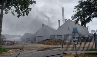 Zeer grote brand bij grasdrogerij Hartog in Lambertschaag, bluswerkzaamheden gaan hele nacht door [update]