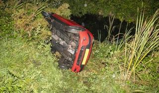 Auto op zijn kant en bestuurder gewond bij ongeluk in Haarlem