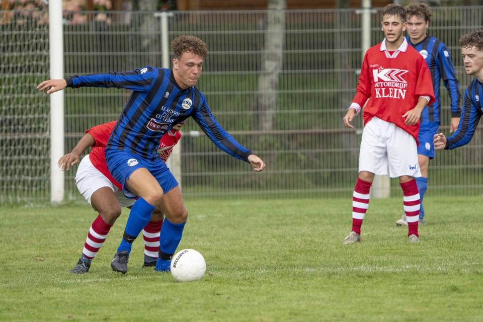Bram Dekker, die namens Succes meerdere doelpunten had moeten maken, maar het bij één treffer hield, schermt de bal hier goed af.