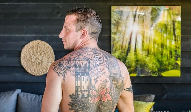 'Tattoo is samenvatting van mijn leven, daar hoort de watertoren van Assendelft bij': Twee Zaankanters en twee Waterlanders over regioliefde op hun huid