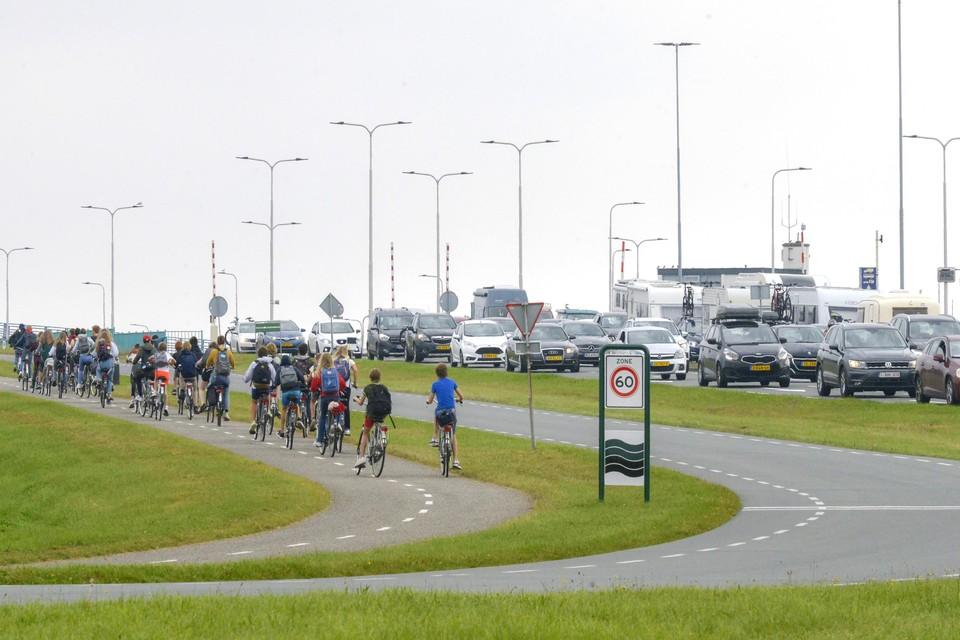 Drukte bij de veerhaven, zowel op het fietspad als op de weg.