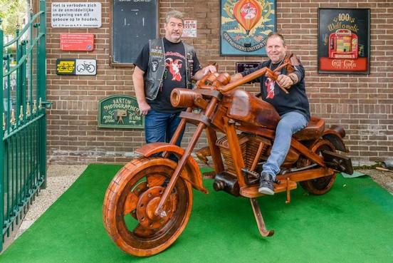 Te koop: levensgrote houten Harley-Davidson