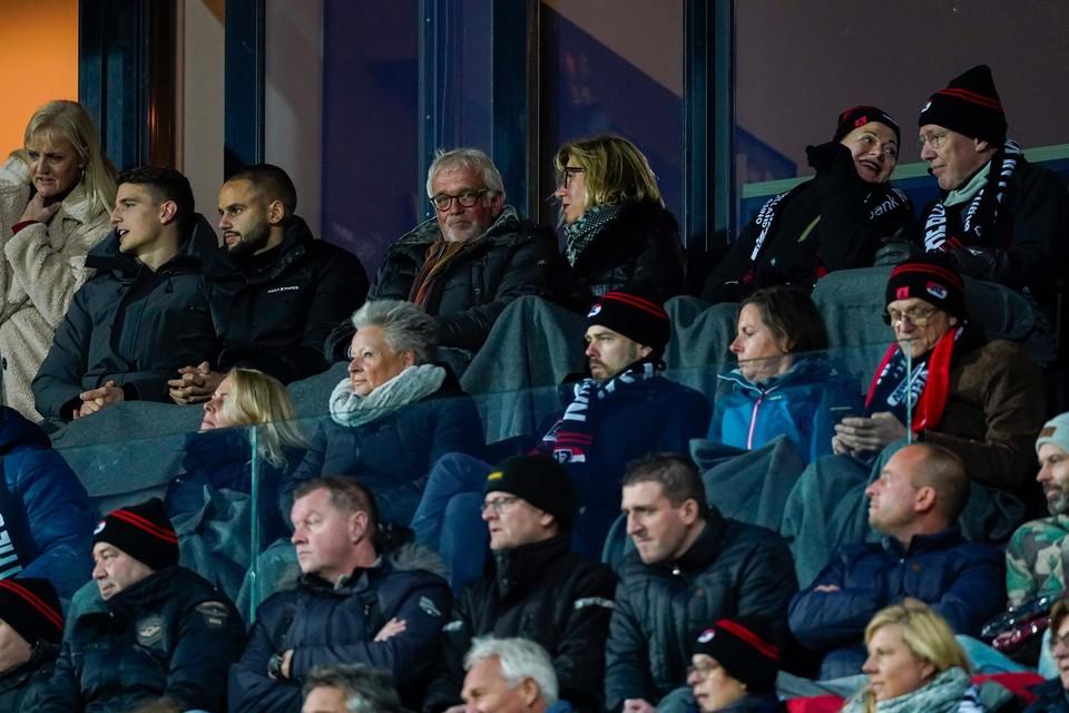 Burgemeester Piet Bruinooge (bovenste rij, middenin) op de tribune bij de recente wedstrijd AZ-Ajax.