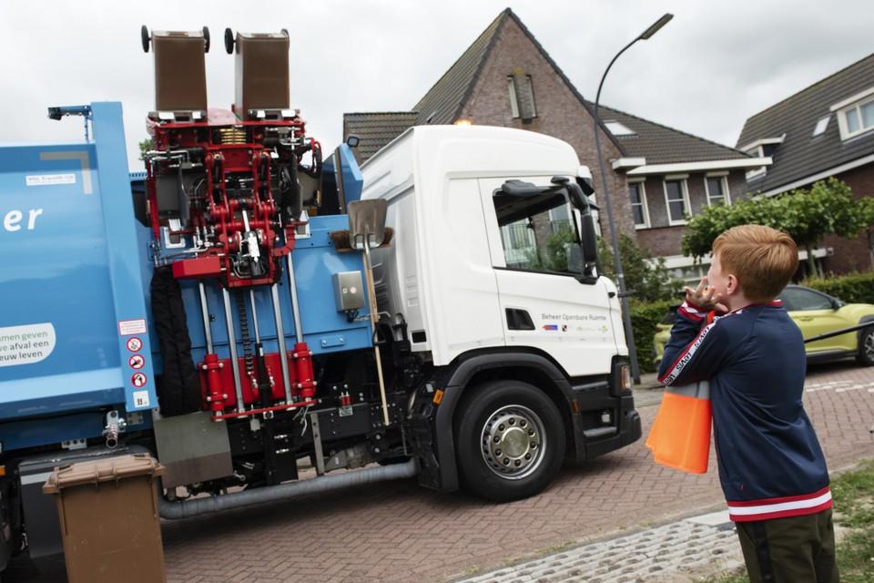 In juli kwam al de nieuwe huisvuilwagen, een 'zijlader', in Uitgeest.