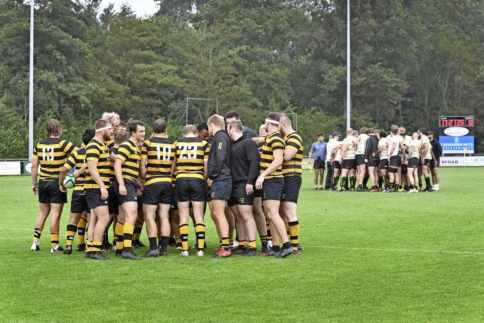 De teams komen bijeen nadat is besloten de wedstrijd af te breken bij een 17-8 tussenstand
