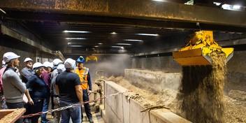 Een kijkje in de klamme 'bio-bunker' van Biowarmtecentrale De Purmer: 'Het is wat hè'