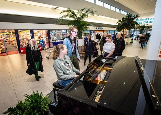 Laatste liedjes op 'Hans' bij Albert Heijn in Purmerend, piano moet noodgedwongen weg