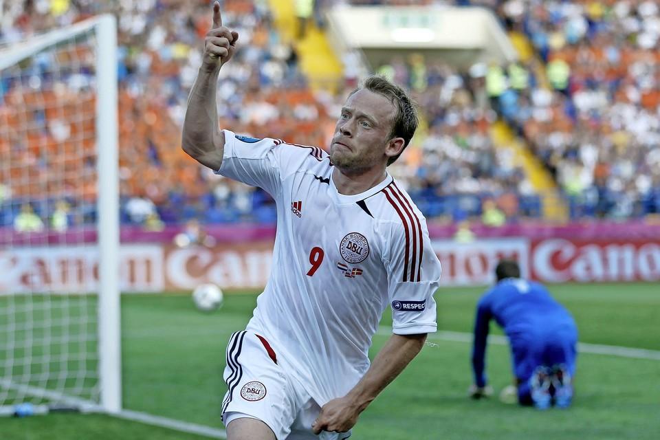 Michael Krohn-Dehli juicht na de 1-0 voor Denemarken tegen Nederland. Keeper Maarten Stekelenburg, oud-ploeggenoot van hem, zit verslagen op de grond.