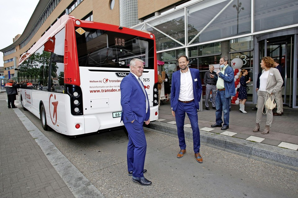 Transdev-ceo Manu Lageirse en de Noord-Holladse gedeputeerde Jeroep Olthof (l.) bij de nieuwe elektrische Transdev lijnbus.
