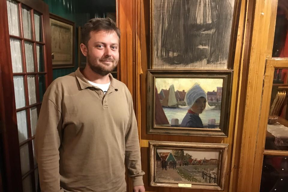 Kunstenaar David Noro naast zijn favoriete schilderij in Spaander.