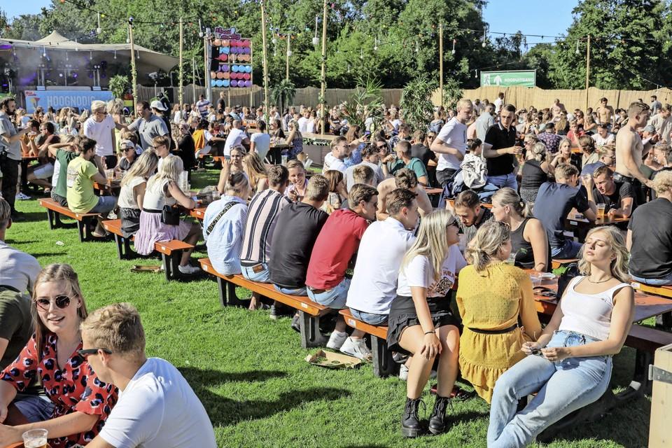 Op het feestje in Hoogwoud kwam honderden jongeren af.