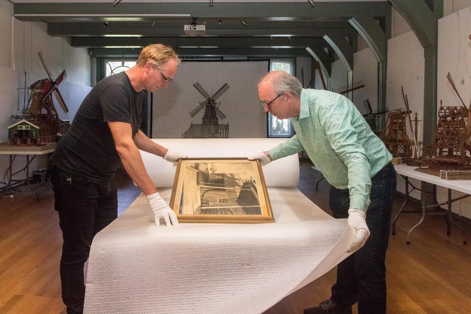 Voor Fulco Rol (links) en Henk Heijnen is verhuizen meer dan inpakken. Elk museumobject gaan ze eerst registreren, fotograferen, opmeten en beoordelen.