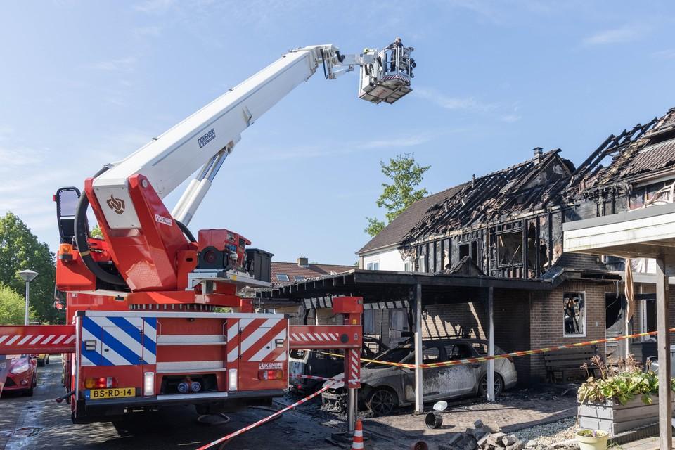 De hoogwerker van de brandweer bezig met nablussen aan het Hoefblad, begin juni in Zwaag.