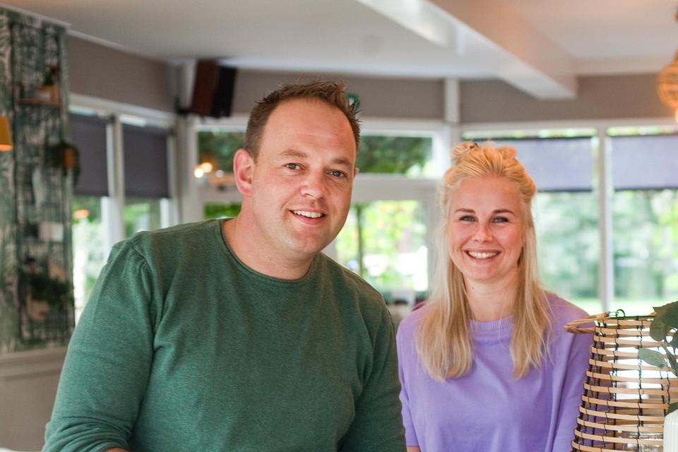 Giel Eijking en Anita Mathoe bij hun Restaurant Bleij.