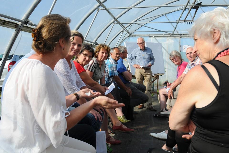 Discussie in de bloemenkas. FOTO BUREAU MENEER DE LEEUW