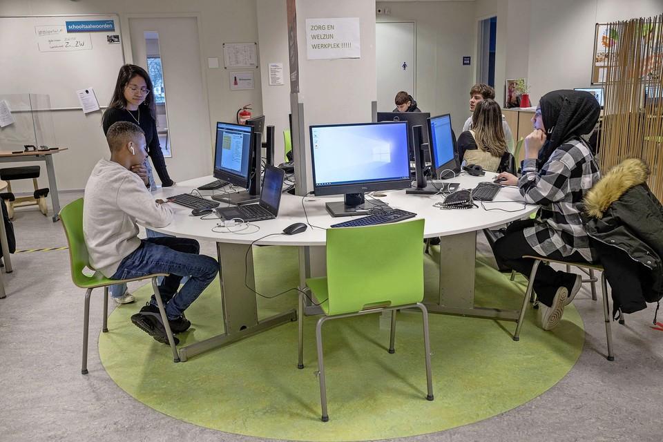 Studeren in de studiezaal op het Zuiderzee College.
