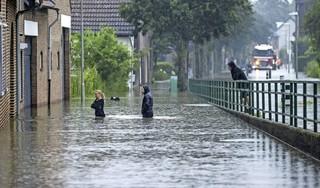 Wateroverlast in Limburg: Defensie stuurt honderden militairen naar Limburg, Maastricht roept op tot evacuatie stadsdelen [video]