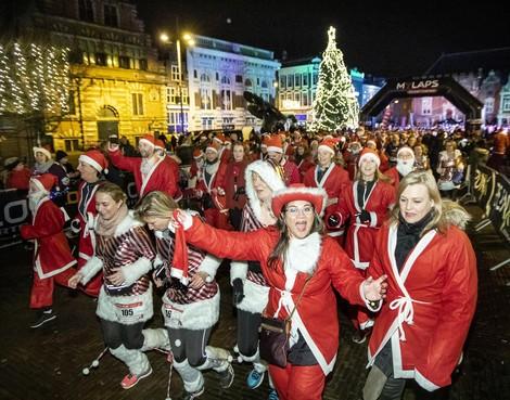 Bonte binnenstad-parade van kerstmannen bij SantaRun