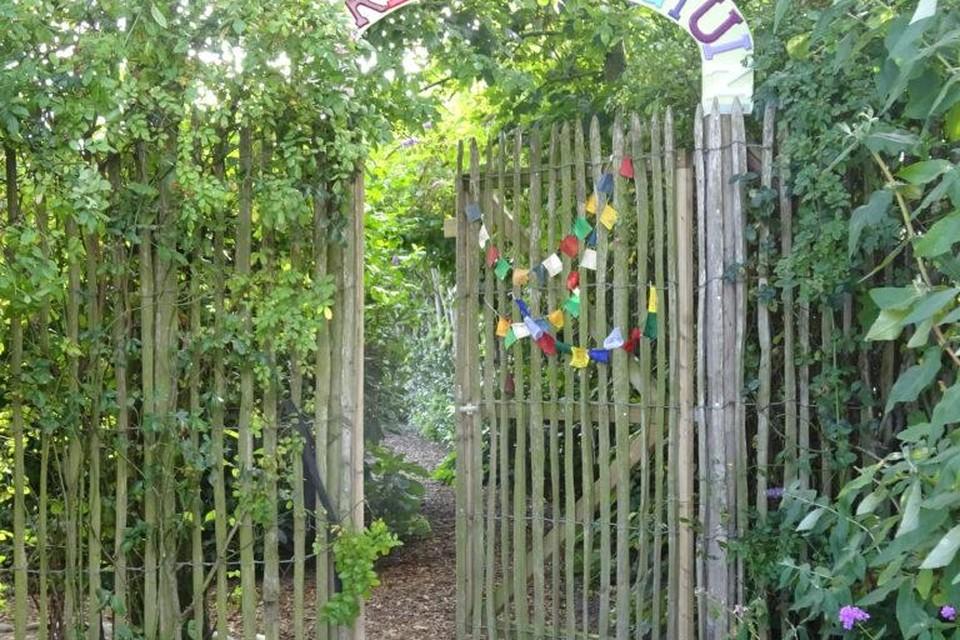 De ingang van de Regenboogtuin.