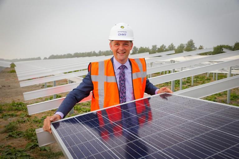 Alternatief energieplan: zandbanken met zonnepanelen achter wuivend riet in IJsselmeer