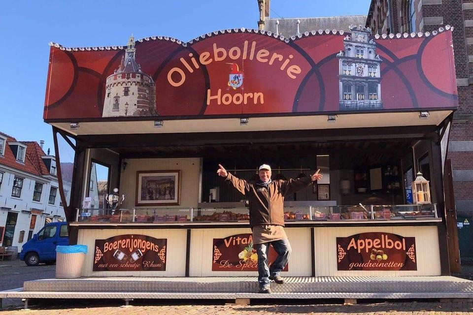 Ondernemer Pascal van Griensven voor zijn oliebollerie op het Kerkplein in Hoorn.