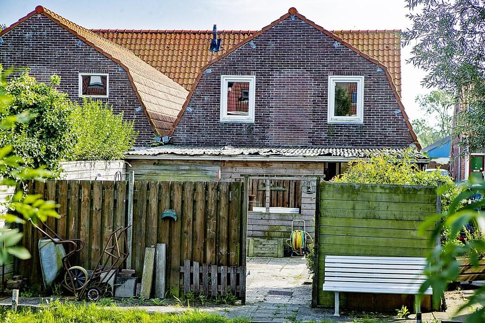 Twee van de vier koolschuren achter een rijtje woningen van de Burgemeester W. Kooimanstraat.