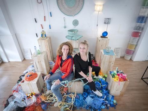 Springtouwen maken van gejut plastic in nieuw Zandvoorts atelier
