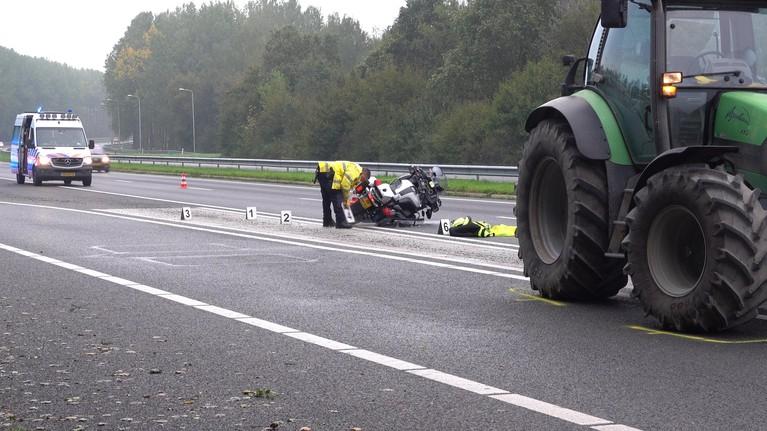 Motoragent per ongeluk geraakt door tractor op A7 bij Middenmeer