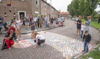Een regenboogzebrapad van stoepkrijt voor veiligheid en Roze Maandag in Den Helder. 'Als ik er maar één homo mee heb geholpen, is dat genoeg'
