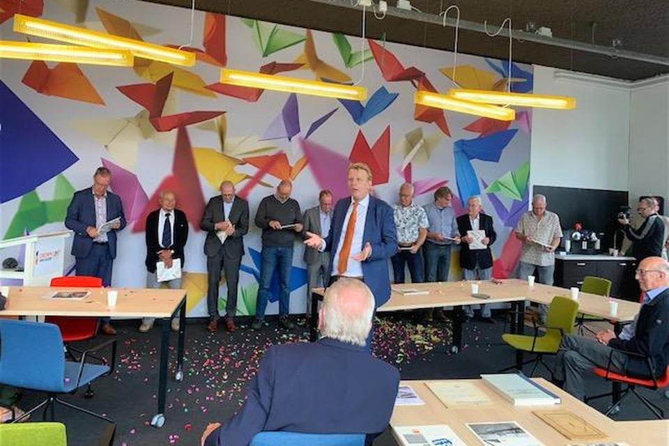 Miklas Dronkers (met stropdas) spreekt de groep geïnterviewden toe.