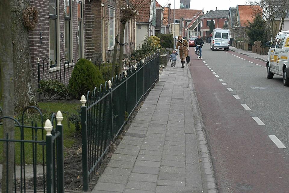 De Zesstedenweg in Grootebroek: een van de oude linten waar de gemeente de verkeersdruk verder wil laten afnemen.