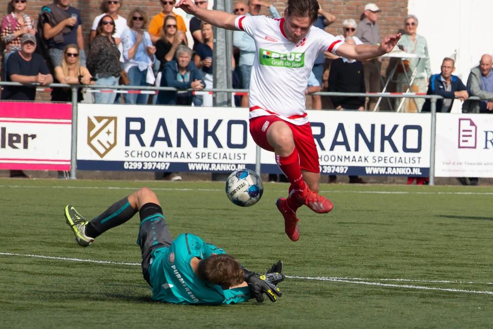 Beemster-doelman Thijmen van Noppen werpt zich voor de voeten van Nick Visser van De Rijp.