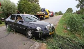 Mannen stelen auto in Breezand en belanden vervolgens met het voertuig in de sloot, hulpdiensten massaal ingezet [video]