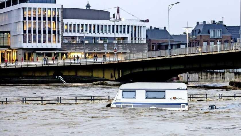 Een caravan drijft in de Maas in Maastricht .