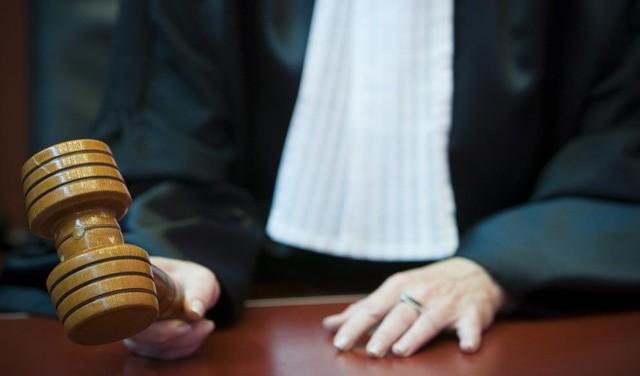 Geen zeven jaar, maar veertien maanden cel voor dealen in harddrugs. Door gebrek aan bewijs is Abdul H. (27) vrijgesproken van gewelddadige overval als 'pakketbezorger'