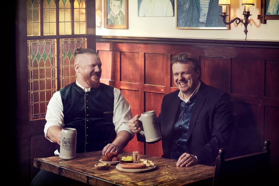 De Duitse invloeden te proeven in de Blaes Gold. Links brouwer Elian Blaes, Rechts broer Ralph.