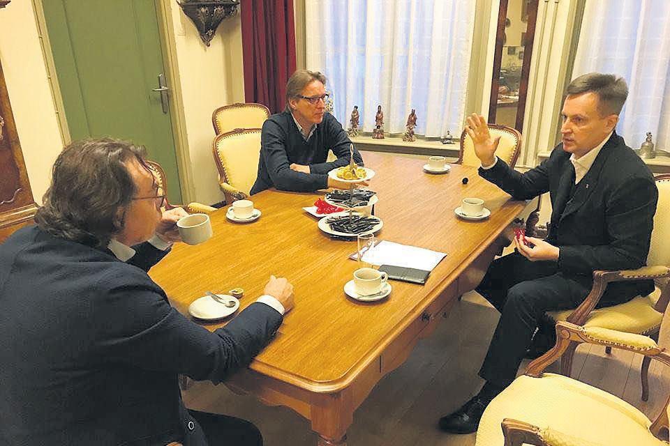 Valentyn Nalyvaichenko (r) in gesprek met Arthur Brand en Ad Geerdink (l).