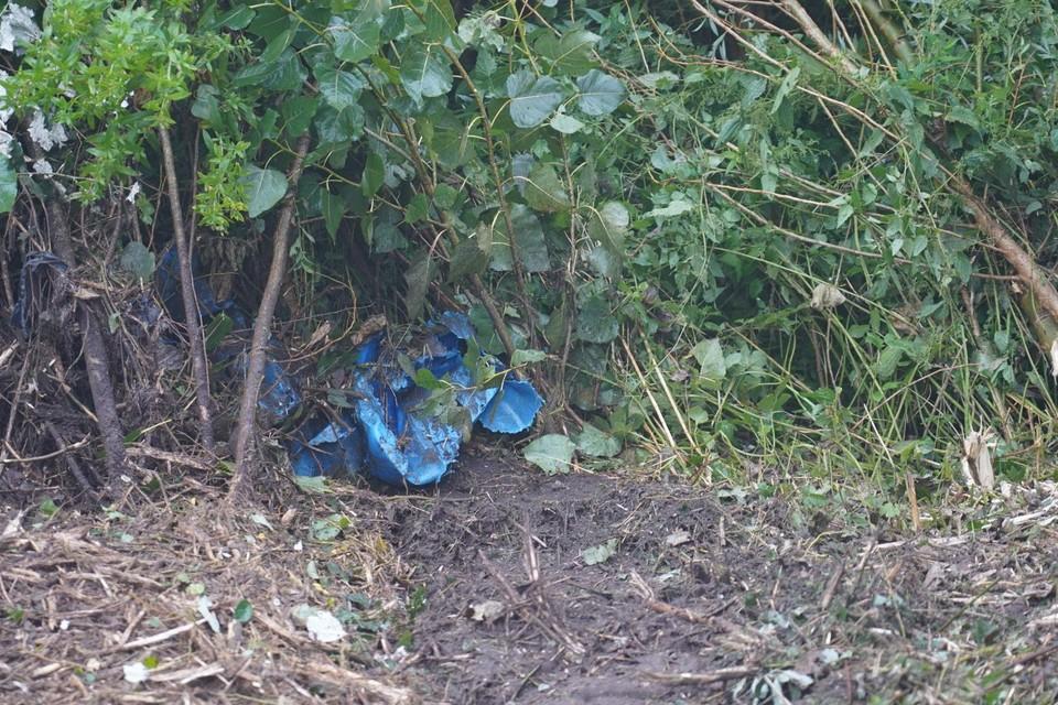 Een deel van de aangetroffen blauwe zakken met - vermoedelijk - drugsafval.