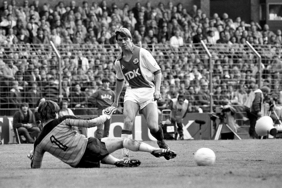 Keje Molenaar stuit op Joop Hiele tijdens Ajax-Feyenoord.