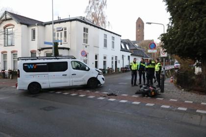 Ooggetuige van scooterongeluk Naarderstraat in Hilversum: 'Alleen zijn arm stak nog onder het busje uit' [video]
